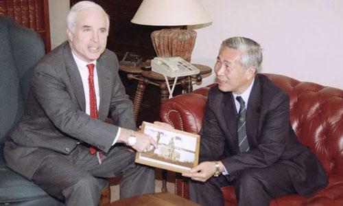 John McCain (trái) chụp ảnh cùng nguyên Bộ trưởng Ngoại giao Nguyễn Cơ Thạch ở Washington ngày 17/10/1990. Ảnh: AP.