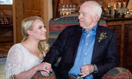 Meghan (trái) và thượng nghị sĩ John McCain khi còn sống. Ảnh: People.