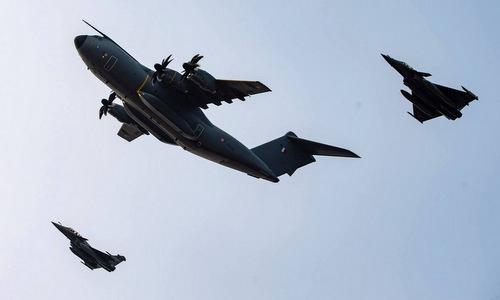 Tiêm kích Rafale B bay kèm vận tải cơ chiến thuật A400M Atlas tại Australia. Ảnh: Armée de lair.
