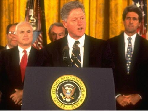 John McCain (cà vạt đỏ) đứng bên trái Tổng thống Mỹ Bill Clinton khi ông tuyên bố bình thường hóa quan hệ với Việt Nam năm 1995. Ảnh: C-span.