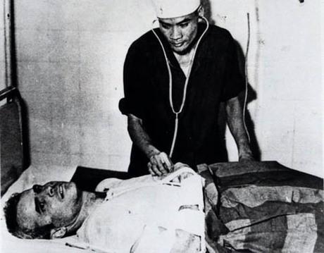 Thượng nghị sĩ John McCain (người đang nằm) tại một bệnh viện ở Hà Nội, Việt Nam, vào năm 1967 khi ông đang làm tù nhân chiến tranh. Ảnh: AP.