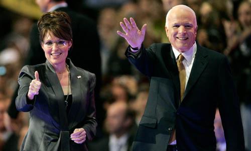 Thượng nghị sĩ John McCain (phải) và Thống đốc Alaska Sarah Palin trong đại hội toàn quốc của đảng Cộng hòa tại bang Minnesota năm 2008. Ảnh: Reuters.