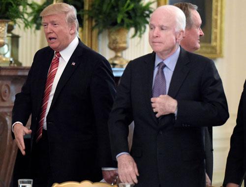 Trump (trái) và McCain trong một cuộc họp ở Nhà Trắng năm 2017. Ảnh: AP.