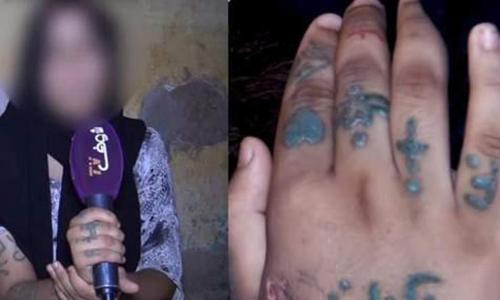 Okkaorou cho xem những vết sẹo và hình xăm khắp người do bị tra tấn. Ảnh: Morocco World News.