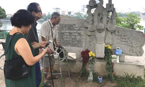 Người dân Hà Nội tới tưởng nhớ John McCain chiều 26/8. Ảnh: Vũ Anh.