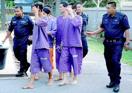 Cảnh sát áp giải nhóm người Việt Geng Tebuk sau phiên xét xử hôm qua. Ảnh: BBXpress