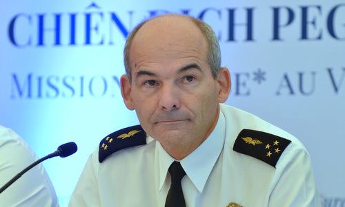 Tướng Patrick Charaix, chỉ huy chiến dịch PEGASE trong cuộc họp báo sáng 27/8. Ảnh: VA.