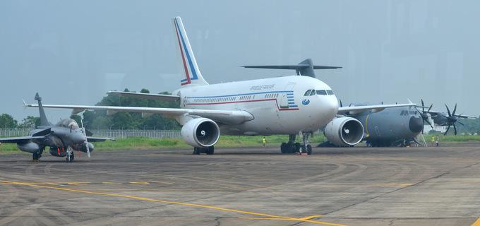 Bên trong vận tải cơ 76 tấn Pháp đang ở thăm Việt Nam