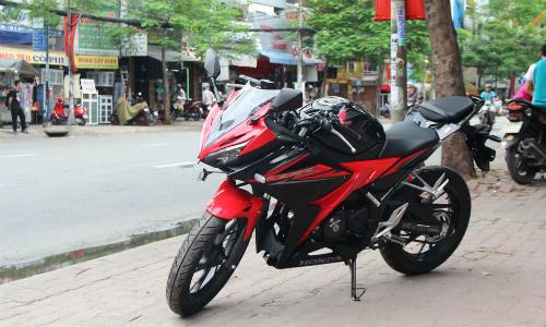 Honda CBR150R2018 tem màu đỏ-đen mới tại một đại lý ở quận Bình Thạnh, TP HCM.