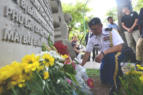 Một quân nhân Mỹ đặt hoa bên phù điêu chiều 27/8. Ảnh: Ngọc Thành.