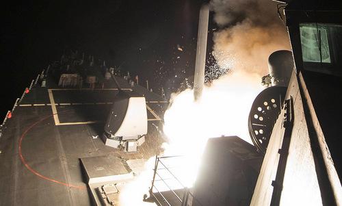 Tàu khu trục USS Ross phóng tên lửa vào lãnh thổ Syria ngày 7/4/2017. Ảnh: US Navy.