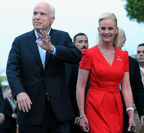Thượng nghị sĩ John McCain và vợ. Ảnh: AFP