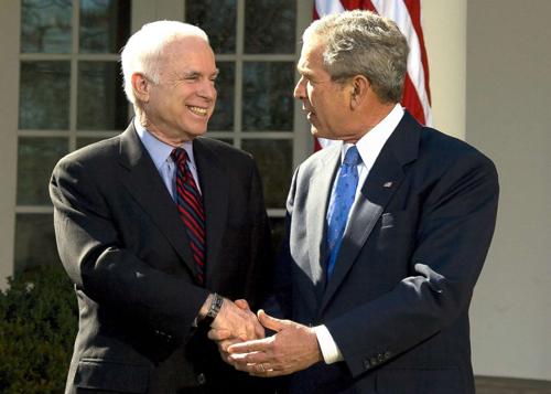 Ứng viên tổng thống đảng Cộng hòa John McCain bắt tay Tổng thống George W. Bush tại Vườn Hồng, Nhà Trắng tháng 3/2008. Ảnh: AFP.