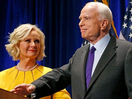 Thượng nghị sĩ John McCain và vợ Cindy McCain. Ảnh: AP.