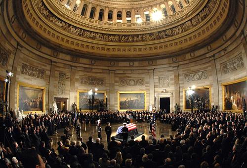 Tang lễ của cố tổng thống Mỹ Gerald R. Ford dưới mái vòm Điện Capitol năm 2006. Ảnh: US Navy.