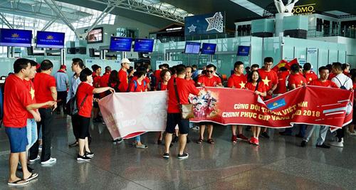Sân bay Nội Bài tràn ngập sắc đỏ. Ảnh: Nhật Quang.