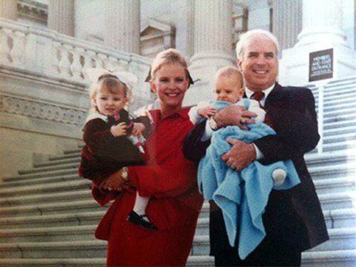 Một bức ảnh không rõ ngày tháng chụp vợ chồng John - Cindy McCain và hai con. Ảnh: Meghan McCain
