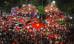 Người dân đổ ra đường mừng chiến thắng lịch sử của Olympic Việt Nam