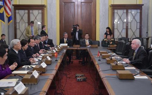 Đại sứ Hà Kim Ngọc, giữa, trong cuộc trao đổi giữa Tổng bí thư Việt Nam Nguyễn Phú Trọng và Thượng nghị sĩ McCain hồi tháng 7/2015. Ảnh: Thế giới và Việt Nam.