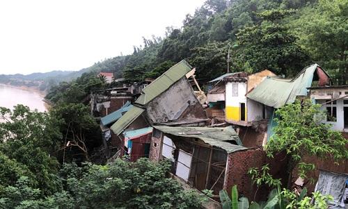 Hàng chục ngôi nhà ở Hòa Bình ngày 31/7 chực đổ xuống sông Đà do hiện tượng sạt lở. Ảnh: Ngọc Thành