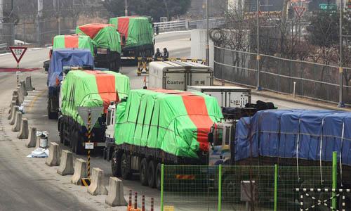 Đoàn xe tải chở lương thực viện trợ từHàn Quốc sang Triều Tiên vào năm 2012. Ảnh: AP.