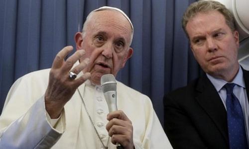 Giáo hoàng Francis phát biểu với báo giới trên máy bay từ Ireland về Rome, bên phải là phát ngôn viên Vatican Greg Burke. Ảnh: EPA.