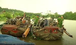 'Cát tặc' đánh chìm tàu khi bị truy bắt