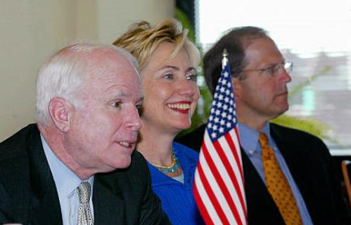 (Từ trái sang) Thượng nghị sĩ Mỹ John McCain, Hillary Clinton và John Sonunu tại Estonia tháng 8/2004. Ảnh: AFP.