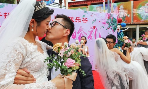 Một đám cưới tập thể ở Thượng Hải. Ảnh: Rex.