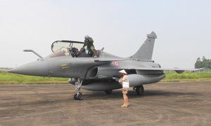 Lính không quân Pháp đội nón lá dẫn đường cho tiêm kích tại Việt Nam