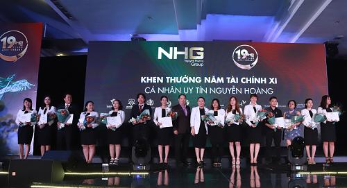 Lãnh đạo Tập đoàn Giáo dục Nguyễn Hoàng trao thưởng cho Cá nhân Uy tín - Lãng mạn tại Lễ kỷ niệm 19 năm thành lập.