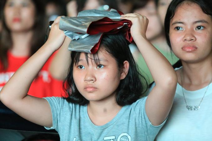 Nữ sinh Sư phạm Hà Nội đội mưa cổ vũ Olympic Việt Nam