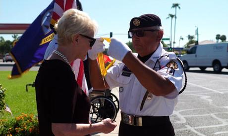 Cựu binh David Carrasco trao huân chương cho bà Cindy McCain bên ngoài nhà tang lễ hôm 27/8. Ảnh: Washington Post.