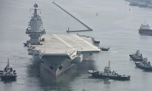 xTàu sân bay Type-001A được kéo khỏi cảng hôm 26/8. Ảnh: SCMP.