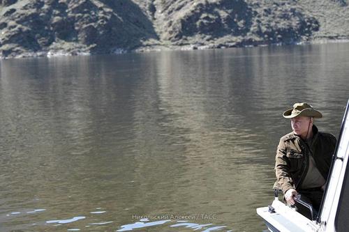 Putin ngồi thuyền ngắm phong cảnh trên hồ của khu bảo tồn. Ảnh: Điện Kremlin.