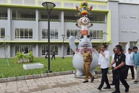 Tổng thống Indonesia (giữa) đi kiểm tra làng vận động viên trước khi Á vận hội khai mạc. Ảnh: AFP.