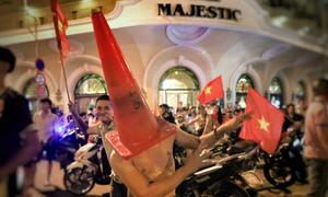 Muôn kiểu ăn mừng của cổ động viên Sài Gòn