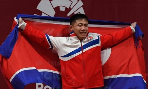 O Kang Chol giành huy chương vàng cử tạ tại Asiad ngày 22/8. Ảnh: AFP.