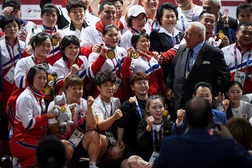 Đội cử tạ Hàn - Triều chụp ảnh chung tại Asiad ngày 27/8. Ảnh: AFP.