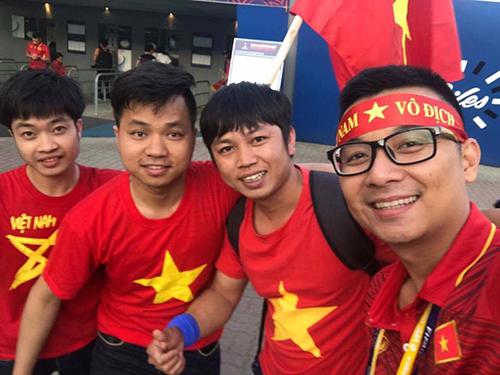 Nhóm người Việt ở Hàn Quốc cổ vũ cho đội tuyển Việt Nam tại giải U23 châu Á hồi đầu năm nay. Ảnh: Vũ Đức Lượng
