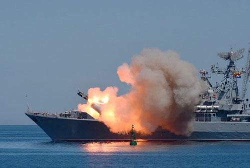 Một chiến hạm Nga phóng tên lửa trong cuộc diễn tập ở Sevastopol, Crimea năm 2015. Ảnh: AP.