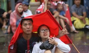 Người hâm mộ tắm mưa hò hét trên phố Nguyễn Huệ