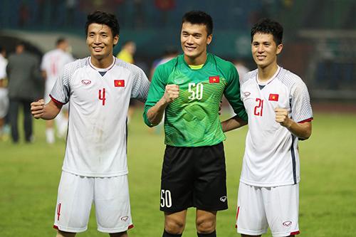 Từ trái qua: Trung vệ Bùi Tiến Dũng, thủ môn Bùi Tiến Dũng và trung vệ Trần Đình Trọng.