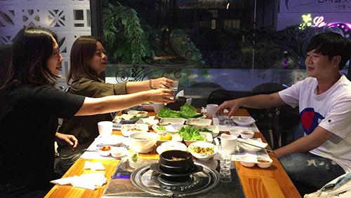 Chobin Hwang (trái, thứ hai từ ngoài vào), Jun-hee Han (phải) và Mira Yu ăn tối và trò chuyện về bóng đá tối ngày 28/9. Ảnh: Hạnh Phạm.