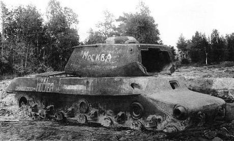 Xác xe tăng IS-2 được dùng làm bia mục tiêu sau Thế chiến II. Ảnh: Tanks Encyclopedia.