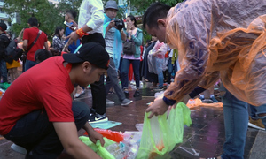 Nhiều người tự nguyện nhặt rác trên phố Nguyễn Huệ sau trận bóng đá