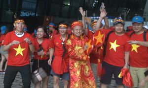 Cổ động viên Việt Nam tạo nên làn sóng đỏ ở sân bay Jakarta