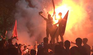 Cổ động viên đập xô, đốt pháo sáng sau trận thua Hàn Quốc
