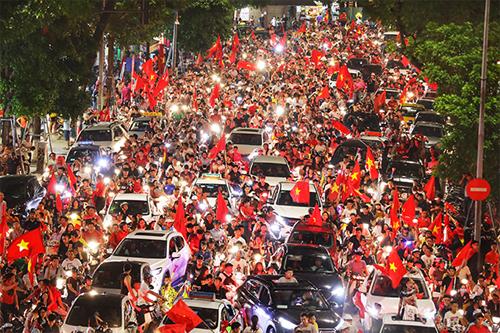 Người Hà Nội đổ xuống đường ăn mừng chiến thắng của tuyển Olympic.Ảnh:Ngọc Thành