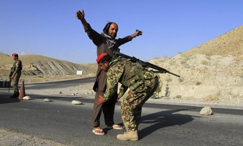 Một binh sĩ Afghanistan kiểm tra hành khách tại một chốt kiểm soát ở tỉnh Jalalabad ngày 29/6/2015. Ảnh: Reuters
